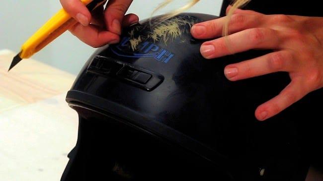cómo preparar la superficie antes de personalizar un casco con pintura en spray