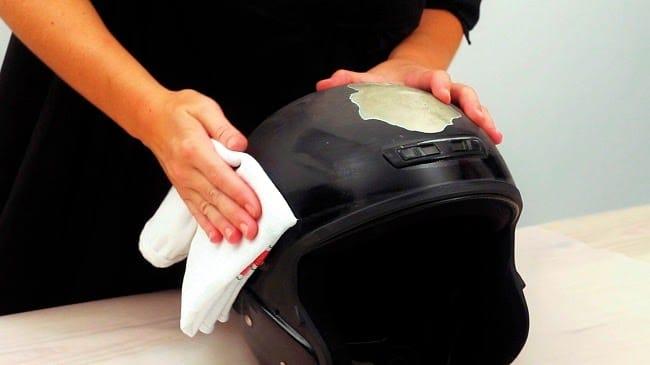 preparar la superficie para pintar un casco con pintura en spray
