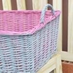 cesta de mimbre pintada con dos colores