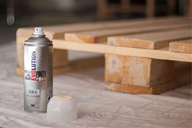 dormitorio de palets con pintura en spray 4