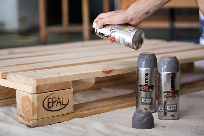 dormitorio de palets con pintura en spray