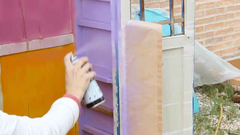 pintar un armario con pintura en spray