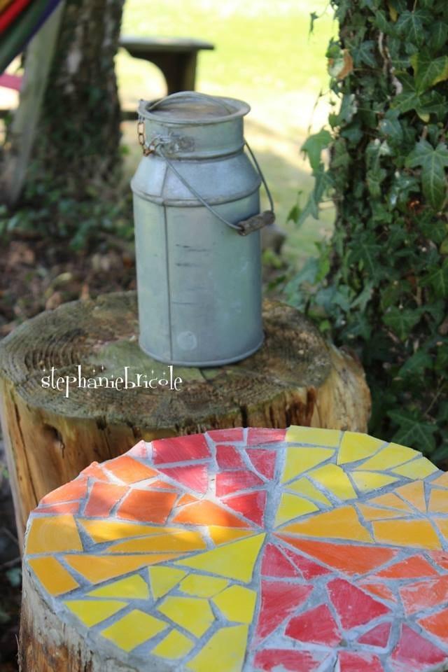 Mosaico reciclando baldosas pintadas con pintura en spra