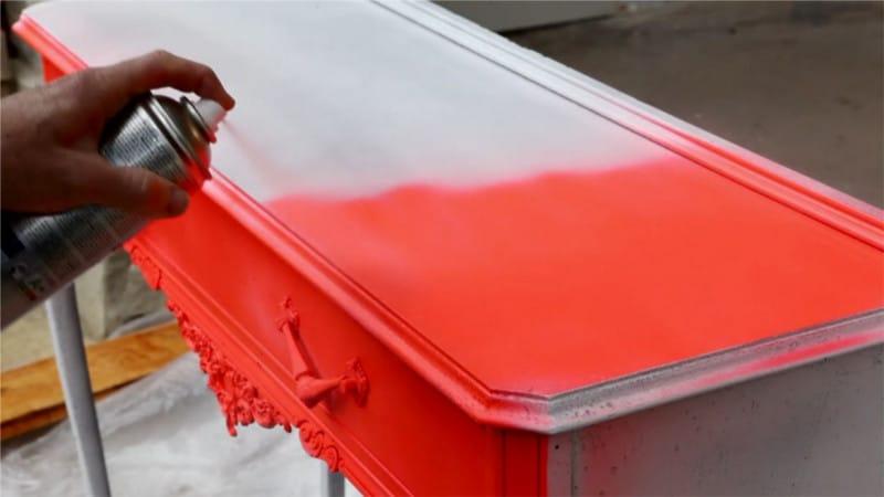 Estilo pop para un mueble con pintura fluorescente en spray pintyplus
