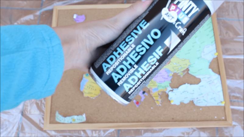 diy-mapamundo-sobre-corcho-adhesivo-removible-en-spray