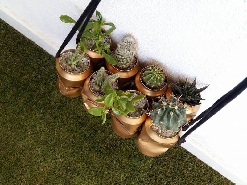 jardín colgante con latas recicladas