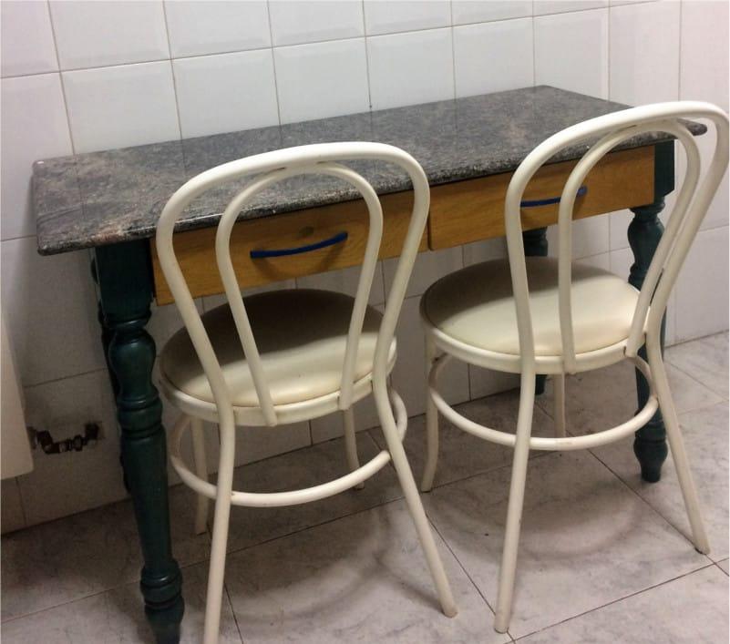 mesa de cocina pintada con spray antes
