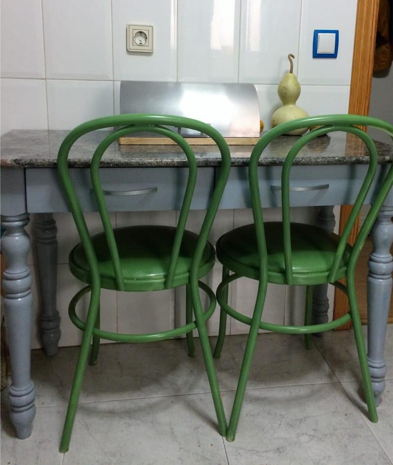 mesa de cocina pintada con spray