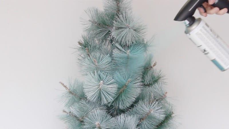 arbol-de-navidad-con-spray-chalk-paint-pintyplus-turquesa