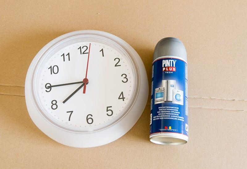 convertir-un-reloj-de-pared-en-inox-con-pintura-spray