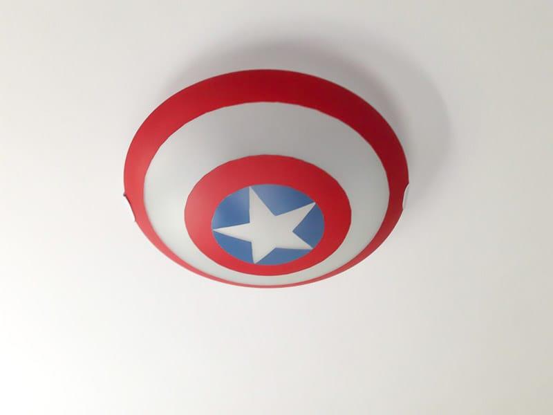 pintar una lámpara con spray para recrear el escudo del Capitán América