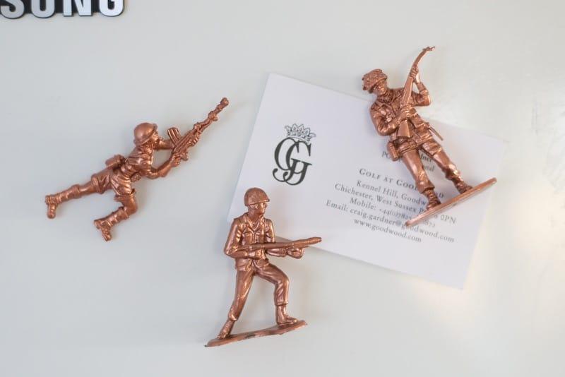 DIY soldados de cobre como imanes de nevera