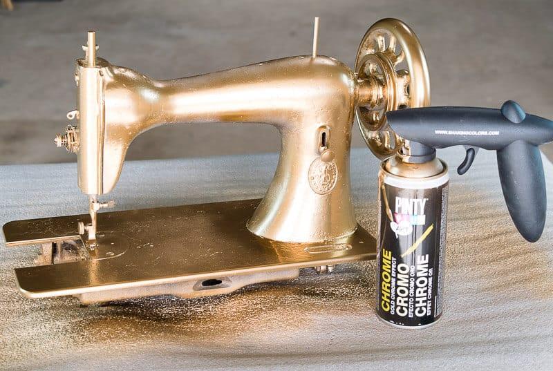 máquina de coser antigua decorada con spray efecto cromo dorado