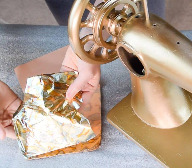 decorar una máquina de coser antigua con pan de oro variegatto