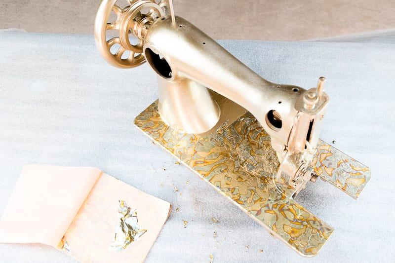 dorar con pan de oro una máquina de coser antigua