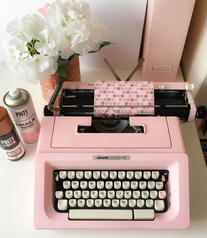 máquina de escribir pintada con chalk paint en spray Pintyplus