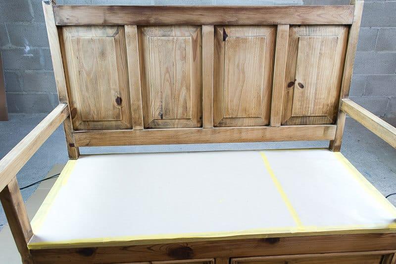 proteger con papel y cinta de carrocero las partes que no se quieren pintar