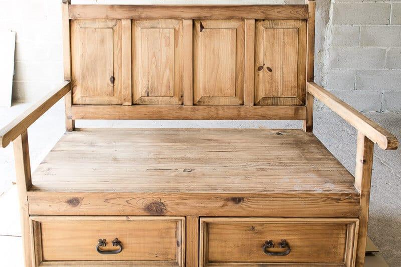 cómo pintar un mueble de madera rica en taninos con chalk paint