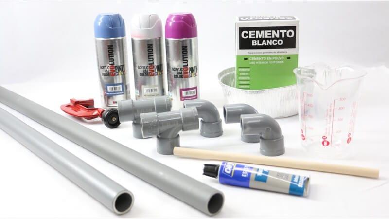 materiales para hacer un perchero con tuberías de plástico y decorado con pintura en spray