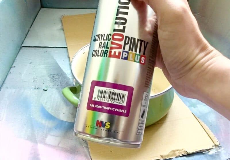 pintar cacerolas con pintura en spray