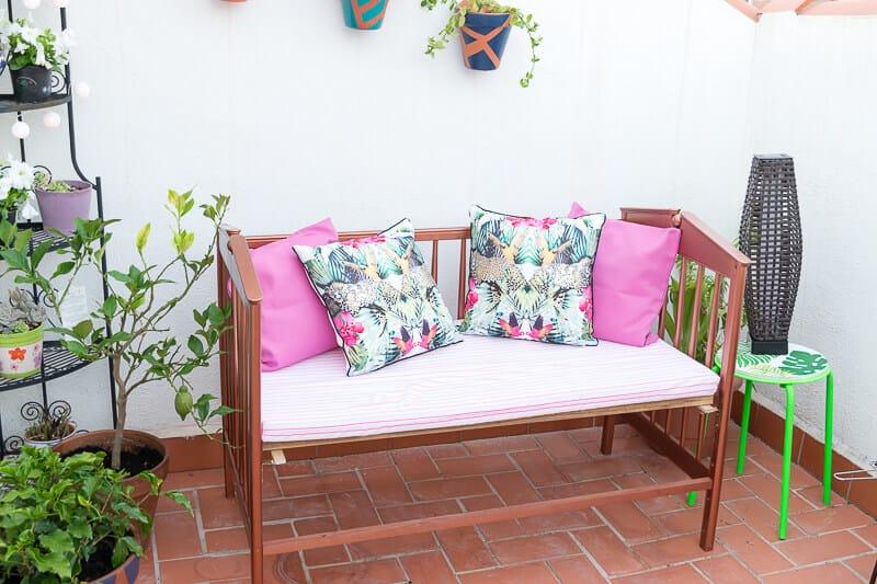 reciclar una cuna en un sofá para terraza