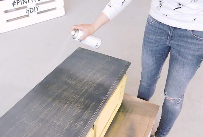 aplicar cera en spray para proteger el mueble