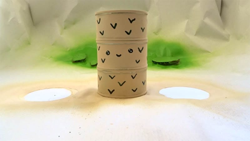 organizador con latas de conserva y pintura en spray