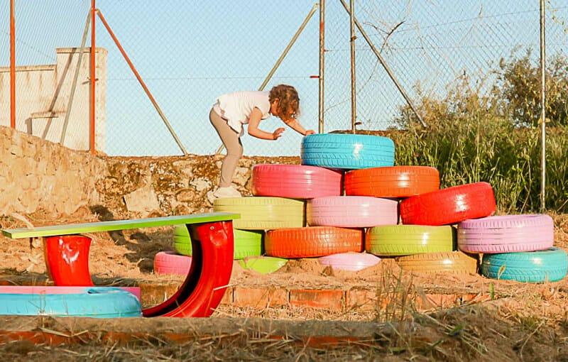parque infantil con neumáticos reciclados con Pintyplus