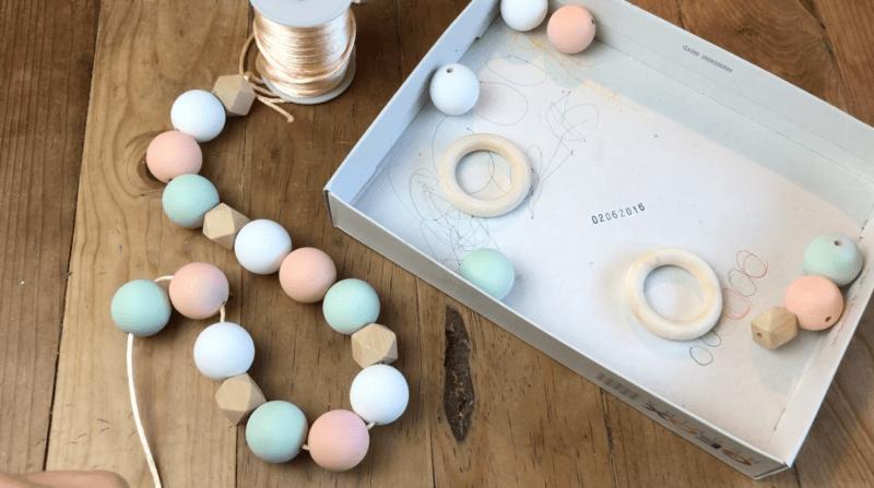 Haz tu propia guirnalda DIY de bolas de madera chalk en spray