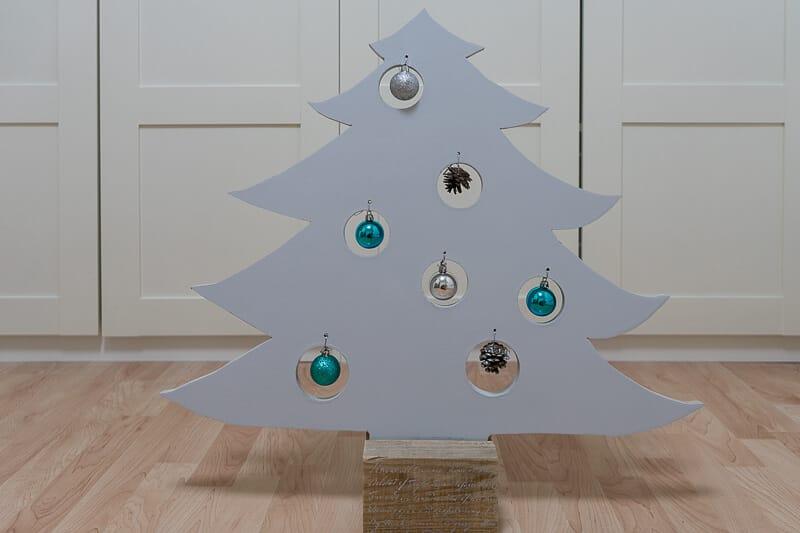 árbol de Navidad decorado con pintura en spray