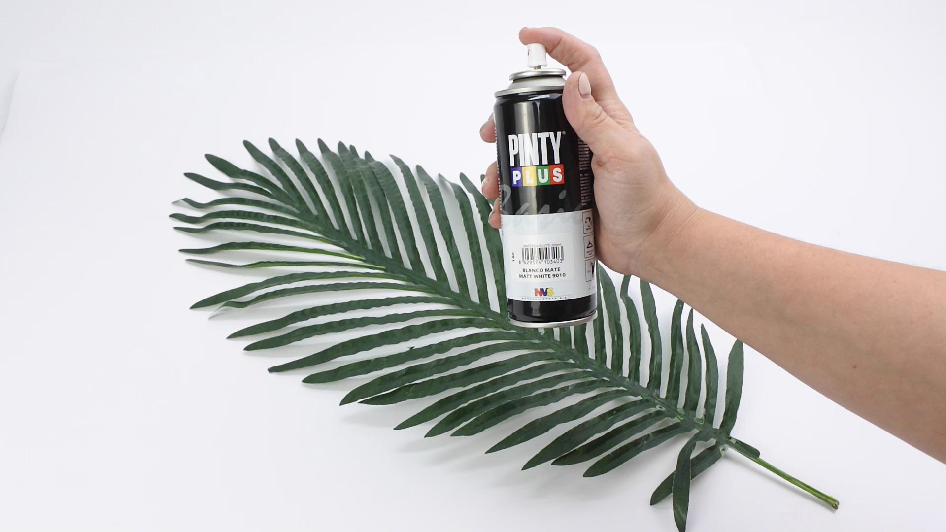 Prepara la hoja y rocía la hoja con spray Pintyplus BASIC para el centro de mesa Shakinkcolors