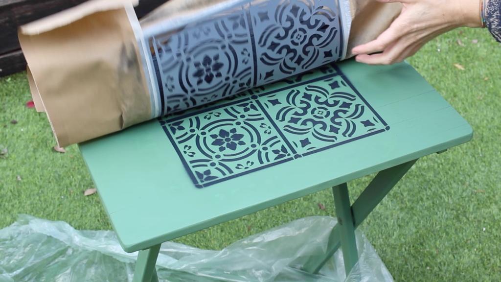 aplica color sobre stencil para darle contraste con el color de la mesa y decorar