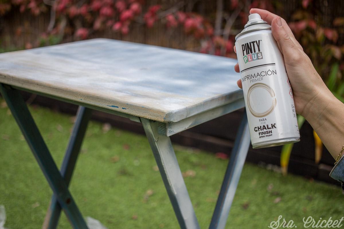 Pulveriza todo el mueble con spray Pintyplus Imprimación CHALK PAINT