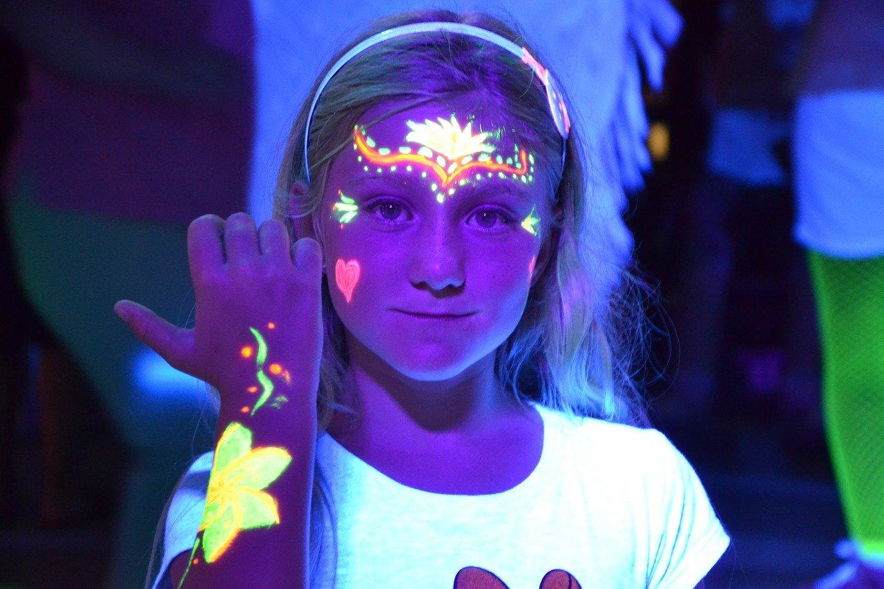 pintar con spray de pintura fluorescente