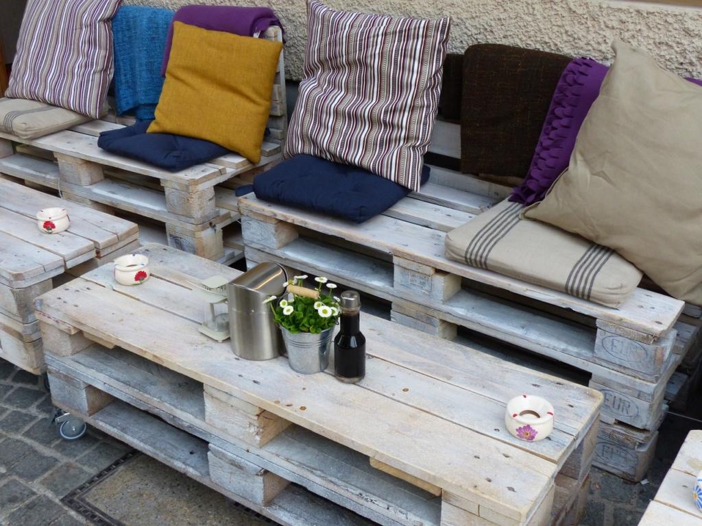sofa de palets barnizado y pintado con spray pintura pintyplus ideal para decorar tu casa