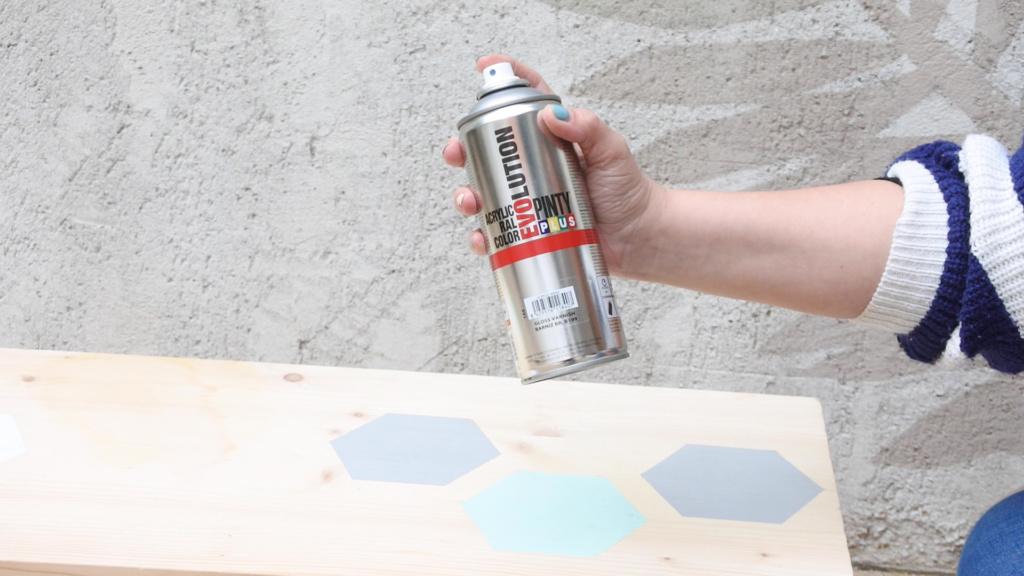 Barniz en aerosol para evitar el deterioro de muebles