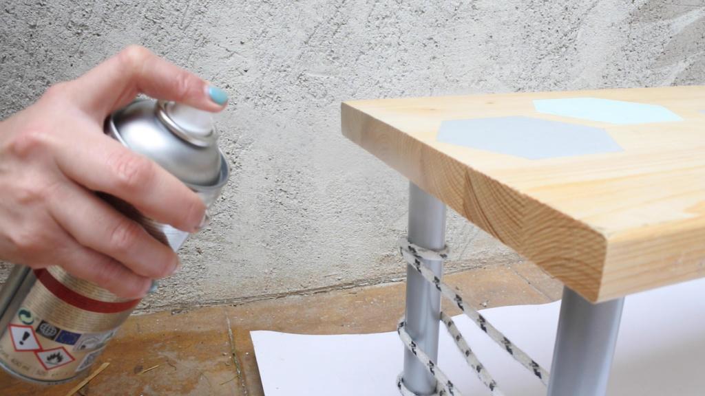usar el barniz en spray pintyplus para muebles como indican las instrucciones